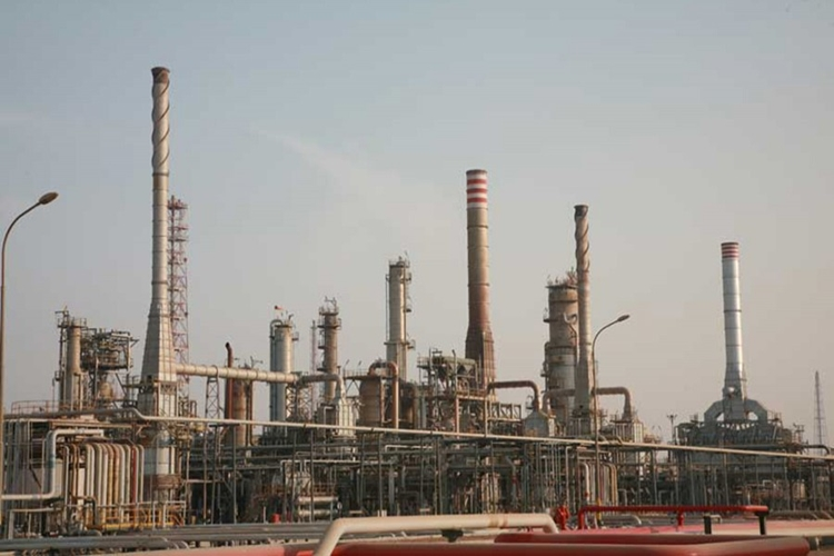 Slow work threatens second oil refinery
