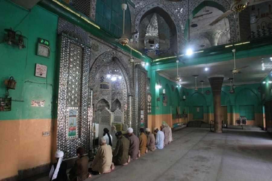 Pakistan lifts limit on mosque congregations as Muslim holy month approaches