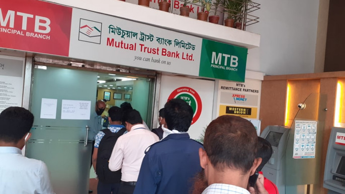 Mad rush for cash withdrawals ahead of 10-day holiday
