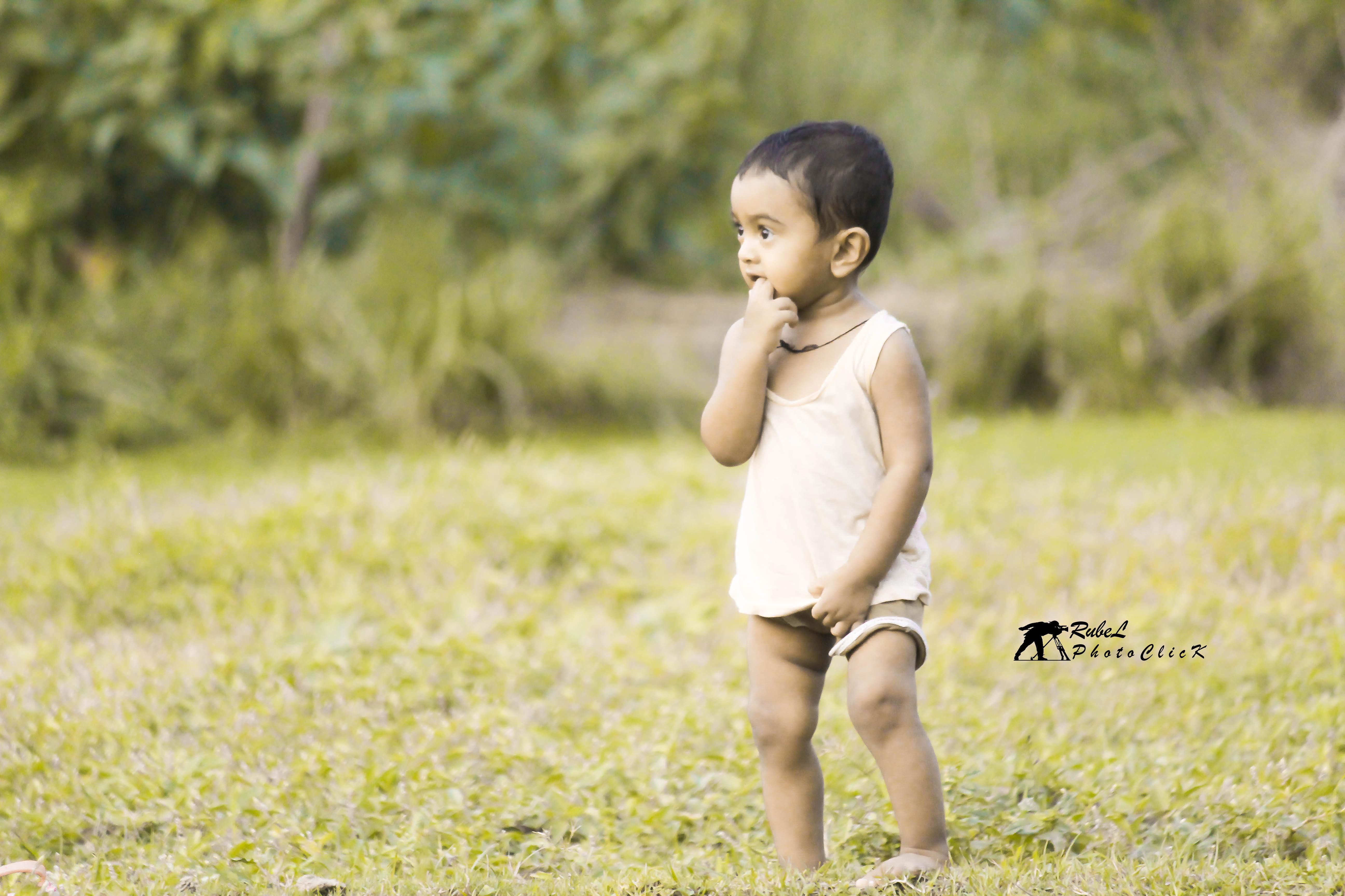 সদ্য হাটতে শেখা গ্রামের প্রাণবন্ত শিশু । কুষ্টিয়া । ছবিঃ রুবেল রানা ।