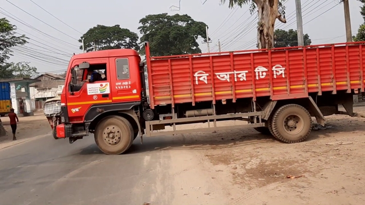 Truckers carrying PM office's relief goods beaten up in Sirajganj