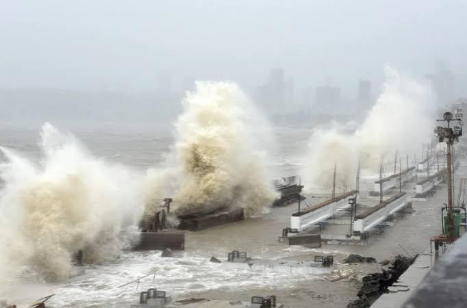 20 die as monster cyclone batters India's west coast