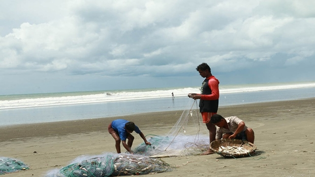 Govt bans sea fishing for two months